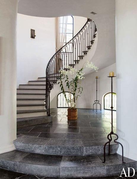 item12_rendition_slideshowVertical_brady-33-gisele-bundchen-tom-brady-stairwell-extra
