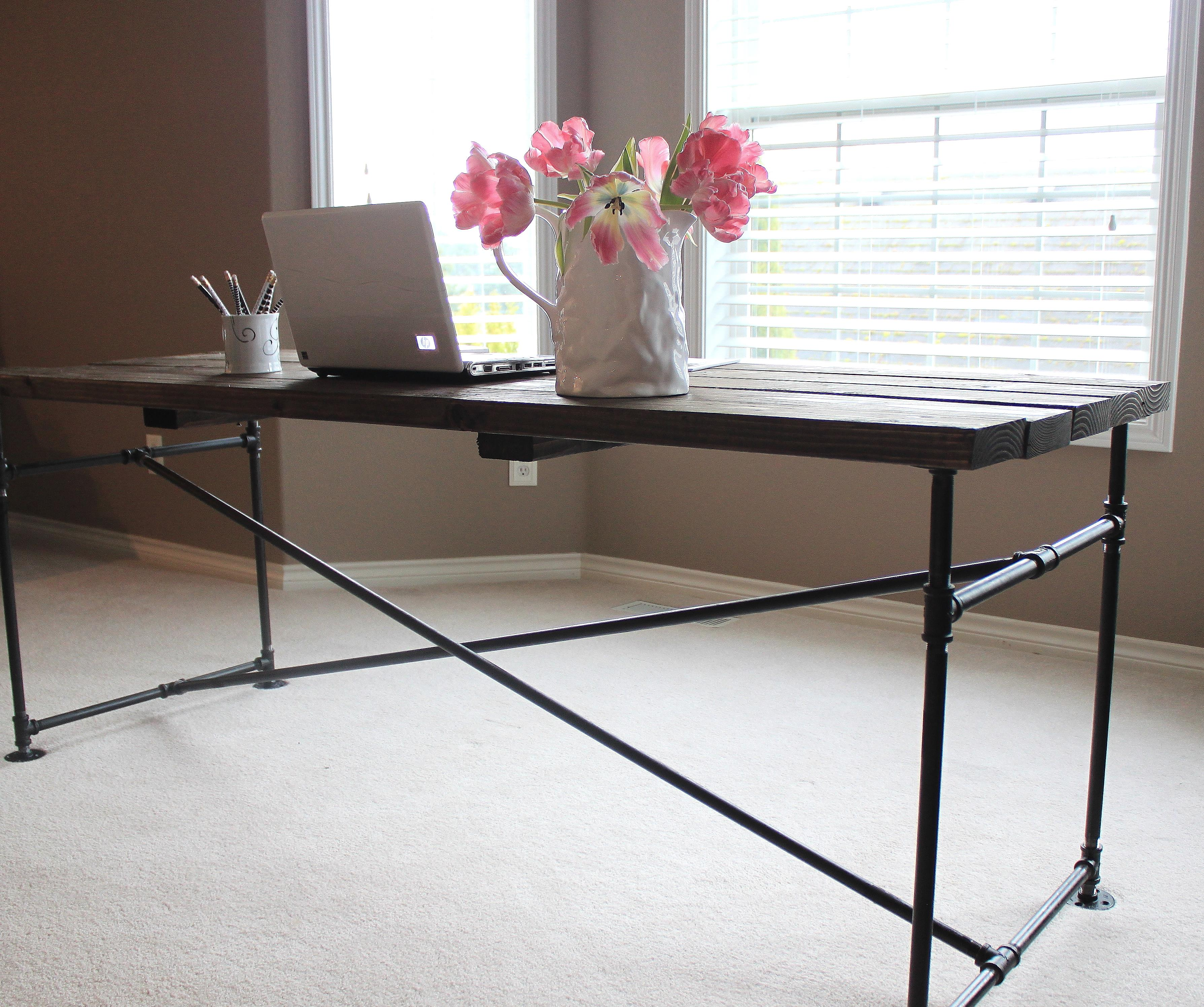 Industrial pipe desk just like playing house - Bureau industriel metal bois ...